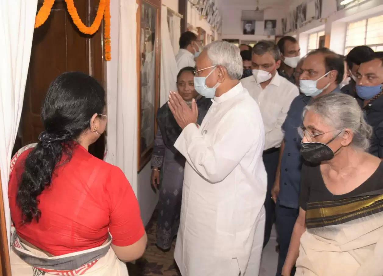 महिला चरखा समिति में मुख्यमंत्री नीतीश कुमार